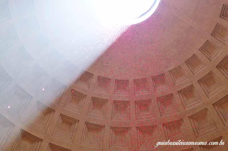 Chuva de pétalas no Pantheon