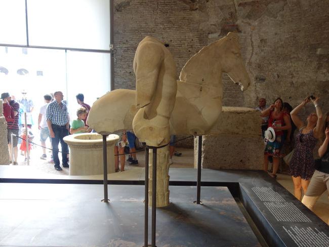 escultura cavalo templo romulo - Visitar o Templo de Rômulo