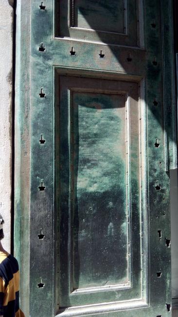 portao bronze templo romulo forum romano - Visitar o Templo de Rômulo