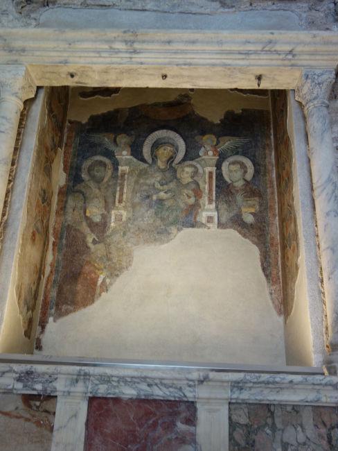templo de romulo interior afresco virgem menino jesus - Visitar o Templo de Rômulo