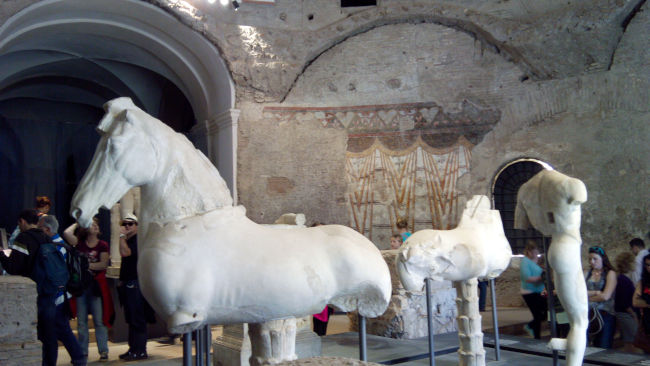 templo de romulo interior afrescos esculturas - Visitar o Templo de Rômulo